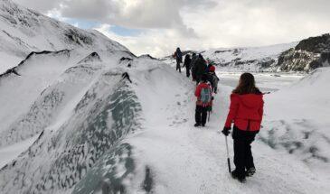 Trekking na geleira na Islândia